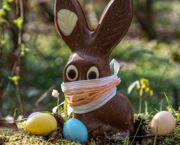 Pääsiäisen perinteet ovat kirjava joukko erilaisia pakanallisia ja kristillisiä tapoja. Ne ovat ympäri maailman sekoittuneet suklaan, munien, vitsojen ja Jeesuksen ylösnousemuksen iloiseksi sekamelskaksi.