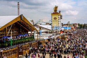 Maailman suurin olutfestivaali peruttiin tänä vuonna, mutta se ei meitä estä sukeltamasta Oktoberfestin tunnelmaan.