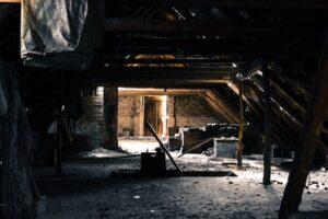 Tässä kymmenen hyytävää tarinaa siitä, kuinka joku on asunut toisen kodissa salaa ja piilotellen.